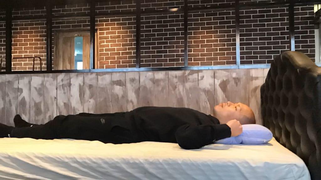 東京西川の枕「もっと肩楽寝」で仰向け