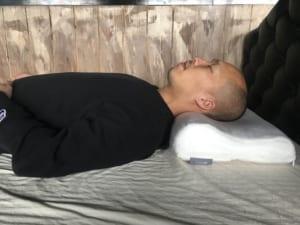 テンピュールの枕「オリジナルネックピロー」仰向け